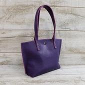 Жіноча шкіряна сумка L02141  Сумка з натуральної шкіри з фактурною поверхнею, привабливого фіолетового кольору. Всередині один відділ ідвішкірянібічні кишені(на блискавці та відкрита). Сумка добре тримає форму, дно укріплено. Усередині сумки дно виконано зі шкіри, це продовжить термін служби. Застібка-магнітна кнопка-замочок. Висота ручок25смдозволяє носити сумку в руці, на згині ліктя або наплечі. Оригінальна шкіряна сумка від Lysytsia стане прикрасою образу. Розмір 25*37*10 Ціна 1600 грн 🦊🦊🦊  #шкірянасумка #сумкаукраїна #сумкиручноїроботи #кожанаясумкаукраина #кожанаясумка #сумкиLYSYTSIA #пошивсумок #ручнаяработа #фіолетовасумка #сумкикиїв