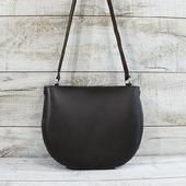 Жіноча шкіряна сумка L02320  Сумки округлої форми в цьому сезоні на піку популярності! Містка сумка виконана з матової натуральної шкіри. Закривається на металеву блискавку. Модель має одне відділення, в комплекті войлочна косметичка з безліччю кишеньок. Зручний широкий шкіряний ремінь (висота 51 см) дозволяє носити сумку через плече або на ньому - як більше подобається. Коричневий колір відтінку темного шоколаду неймовірно універсальний, тому наша шкіряна сумка підійде до будь-якого гардеробу - проблеми «ні з чим носити» точно не виникне! 🦊🦊🦊❄❄❄  #шкірянасумка #сумкаукраїна #сумкиручноїроботи #кожанаясумкаукраина #кожанаясумка  #LYSYTSIA #кругласумка