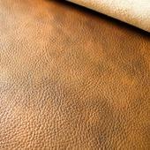 Гладка або фактурна шкіра? Яку вибрати. Приємну як шовк гладку, або розкішну і багату фактурну!   Фактурна шкіра задає певний настрій і зробить виріб особливим. Кожна ділянка шкіри відрізняється своїм неповторним малюнком-від великого до дрібного зерна. Виріб з фактурної шкіри не тільки витончений, але й стійкий до зносу. Подряпини, які можуть з'явитися на такій шкірі в процесі використання, будуть практично непомітнізавдякифактурі та стійкого лицьового покриття. А легкі забруднення можна без зусиль прибрати за допомогою вологої ганчірочки. Гладка шкіра більш класичний варіант, до якої ми більше звикли. 🦊 У жовтні очікуйте новинки з фактурноїтаз гладкої шкіри. А вибір вже за Вами! 🍁  #натуральнашкіра #сумкиручноїроботи  #сумки