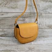 Жіноча шкіряна сумка L02370  Ідеальна шкіряна сумка для створення яскравого акценту в casual образі. Найпростіший і лаконічний наряд заграє по-новому з нашою сумкою. Закривається на магнітну кнопку під клапаном. Усередині одне відділення і бічна шкіряна кишеня. Підкладка виконана з натуральної підкладкової шкіри. Регульований по довжині ремінь через плече робить сумку зручною в будь-яких ситуаціях.  Натуральна шкіракраст, збережений природний малюнок шкіри, має неоднорідне забарвлення. Красивий і багатогранний колір кемел повторює колір натуральної верблюжої шерсті. Особливості:тримає форму, високоміцна вощена нитка, ручний шов. Розмір 19×24×8 Ціна 1450грн ☀☀☀ #шкірянасумка #сумкаукраїна #сумкиручноїроботи #кожанаясумкаукраина #кожанаясумка #сумкиLYSYTSIA #LYSYTSIA  #пошивсумок #ручнаяработа