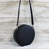 Жіноча шкіряна сумка L02400  Шкіряна сумка круглої форми сподобається любителькам сміливих і стильних речей. Виконана сумочка з натуральної шкіри в чорному кольорі. Ця шкіра міцна з дуже приємною текстурою. Всередині один відділ. У комплекті шкіряна косметичка-кишеня (12*20 см) на магнітній кнопці. Підкладка виконана з натурального велюру в синьому кольорі. Довгий шкіряний ремінець регулюється по довжині.  Кругла шкіряна сумка - хіт нового сезону! Незважаючи на чорний колір, наша кругла сумка здатна стати яскравим акцентом будь-якого образу. Тільки краса ліній, чіткість форми та стиль.  Розмір- 22*22*7 🔥 Ціна- 1650 грн   ☀ ☀ #шкірянасумка #сумкаукраїна #сумкиручноїроботи #кожанаясумкаукраина #кожанаясумка #кругласумка  #LYSYTSIA