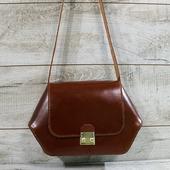 Сумка з натуральної шкіри L02260  Шкіряна сумка в коричневому кольорі виглядає розкішно, незрівнянний ефект створює глянець шкіри. Коричневий колір чудово поєднується з багатьма кольорами: елегантно - з насичено-темними, вишукано - з пастельними, стильно - з яскравими. 🍁 Сумка виділяється цікавою геометричною формою і чіткими лініями. Цей унікальний і виразний силует прикрасить будь-який образ. Модель закривається клапаном на замок. Один відділ з боковою шкіряною кишенькою. Внутрішня сторона сумки виконана з підкладкової натуральної шкіри. Сумка достатньо об'ємна, щоб вмістити телефон, гаманець, косметичку та інші дрібниці. Розмір 19*23-31*7   🦊🦊🦊 #шкірянасумка #сумкаукраїна #сумкиручноїроботи #кожанаясумкаукраина #кожанаясумка