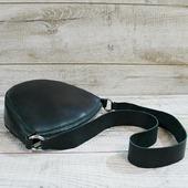 Шкіряна сумка L02300.🎄🎄🎄 Однією з найпопулярніших моделей сьогодні є сумка округлої форми. Сумка з натуральної шкіри в приємному темно-зеленому відтінку. Усередині одне відділення і кишеня-косметичка на магнітній кнопці. Сумка застібається на блискавку. Зручний довгий ремінь (41см) дозволяє носити аксесуар через плече. Особливості:натуральна шкіра Crazy horse, без підкладки, тримає форму, високоміцна вощена нитка, ручний шов. Ціна- 1230грн  Сумка може бути єдиним носієм зеленого кольору в образі. Добре буде виглядати образ, якщо зелений відтінок буде повторюватися в шарфику, ремінці, колготках або іншихаксесуарах. 🎄🎄 #шкірянасумка #сумкаукраїна #сумкиручноїроботи #кожанаясумкаукраина #кожанаясумка #сумкиLYSYTSIA #boyarka #пошивсумок #ручнаяработа #мода #сумкикиїв #подарунки