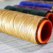 Для ручної прошивки виробів зі шкіри ми використовуємо поліестерові вощені нитки. Така нитка має ряд переваг перед звичайною: - ідеально гладка і рівна поверхня по всій довжині; - приємні й насичені кольори, які не вигоряють; - стійка до несприятливих зовнішніх впливів, не пропускає вологу; - міцність.  Важливою особливістю вощеної нитки є її зносостійкість - вона менше стирається, стійка до деформацій і розтягування, затягнутий стібок не витягується. Такі шви служать набагато довше!  У чому ж перевага ручного сідельного шва? У міцності. У порівнянні з з'єднувальним машинним швом, сідельний шов передбачає використання двох окремих голок на одній нитці, що проходять через отвір в шкірі на зустріч один до одного. Таким чином нитка перебуває то з лицьового, то зворотного боку.  ✅ У той час як шов від швейної машини містить дві нитки, переплетені в товщі шкір, що зшиваються. Натяг в шкірі буде приводити до того, що нитки будуть тертися один об одного і з часом слабшати та виникає ймовірність розриву ниток. Якщо нитка розривається на машинному шві, то розпуститься кілька найближчих до розриву стіжків. І поступово шов почне розпускатися далі.  ✅ У сідельному шві дві нитки не мають впливу (натягу) один на одного. Якщо ж нитка розірветься на сідельному шві, друга нитка залишиться цілою, і шов не почне розходитися далі.  #шкірянасумка #сумкиукраїна #сумкиручноїроботи #кожанаясумка #сумкиLYSYTSIA  #ручнаяработа  #стиль #мода