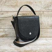 Шкіряна сумка L02210  Сумка виконана з натуральної шкіри з вираженою фактурою. Зручнайелегантна форма, класичний чорний колір і шикарна підкладка з натурального велюру в синьому кольорі.  Усередині бічна шкіряна кишеня. Довгий шкіряний ремінь, який можна перекинути через плече (висота47см).💓  Довершує дизайн сумки витончена коротка ручка, що додає легкостій жіночності образу! Особливості:добре тримає форму, шкіра не вимагає додаткового догляду, високоміцна вощена нитка, ручний шов. Ціна - 2050грн 💓🍁💓🍁  #шкірянасумка #сумкаукраїна #сумкиручноїроботи #кожанаясумкаукраина #кожанаясумка #сумкиLYSYTSIA #LYSYTSIA #boyarka #пошивсумок #ручнаяработа  #fashion #стиль #чорнасумка