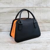 Жіноча шкіряна сумка L02380  Сумка з натуральної шкіри виконана в стиліколор-блок. Ідеяприйому «кольорові блоки» полягає в тому, щоб використовувати в дизайні контрастні поєднання відтінків: акценти розставляють максимально сміливо, великими колірними блоками. Компактна і практична шкіряна сумка в привабливому жіночому силуеті. Закривається на блискавку.  Підкладка виконана з натуральної шкіри в помаранчевому кольорі. Є бічна шкіряна кишеня. Сумку можна носити в руці або на згині ліктя. Особливості:міцні короткі шкіряні ручки, високоміцна вощена нитка, ручний шов. Розмір 17*24*13  🔥Вражаючий контраст багатих відтінків. Глибокий помаранчевий проти неповторного чорного. Яскрава елегантність, як результат з'єднання цих двох кольорів.  Ціна- 1750 грн  Передзамовлення! Строк виготовлення 5-7 днів.  #шкірянасумка  #колорблок  #сумкаукраїна #сумкиручноїроботи #кожанаясумкаукраина #кожанаясумка  #LYSYTSIA  #пошивсумок #ручнаяработа #боярка