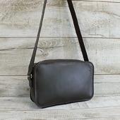 Шкіряна сумка L02360  Стильна сумка крос-боді з натуральної шкіри.  Закривається на металеву блискавку і має одне відділення. Усередині бічна шкіряна кишеня. Підкладка виконана з натурального велюру. Така підкладка більш стійка до зносу, ніж тканинна. Широкий ремінь через плече чудово підкреслює стильність аксесуара. Ремінь повністю виконаний зі шкіри, висота 56 см. Колір сумки коричневий графіт-це тонке поєднання темно-шоколадного відтінку з сірим. Таке колірне рішення робить модель універсальною. Особливості:тримає форму, високоміцна вощена нитка, ручний шов. Ціна 1550грн Розмір -17*27*8 ☀ #сумкиLYSYTSIA  #шкірянасумка #сумкаукраїна #сумкиручноїроботи #кожанаясумкаукраина #кожанаясумка  #пошивсумок