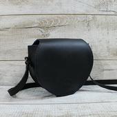 Шкіряна сумка L02310  Чарівна сумка округлої форми. Виконана з матової натуральної шкіри в чорному кольорі. Закривається клапаном на магнітній кнопці. Усередині одне відділення. Шкіряний ремінь через плече висотою 50 см. Всередині сумка виконана з натурального велюру насиченого бірюзового кольору. Бірюзовий велюр ефектно контрастує з основною шкірою моделі.  Особливості:велюр більш зносостійкий ніж підкладка з тканини, тримає форму, високоміцна вощена нитка, ручний шов. Оригінальна форма і зручний розмір, стильне поєднання кольорів! Основний акцент, крім форми, — це яскрава підкладка. Сумочка відмінно увіллється уВаш гардероб, вона досить універсальна і підійде до джинсів, до плаття і навіть ділового костюма. Не забуваємо, що чорний—класичний базовий колір—стандарт бездоганності! Розмір-19*22*7 🔥 🔥 🔥  #шкірянасумка #сумкаукраїна #сумкиручноїроботи #кожанаясумкаукраина #кожанаясумка #сумкиLYSYTSIA #boyarka #пошивсумок #чорнасумка #сумкикиїв