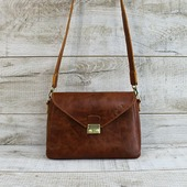 Новинка! Шкіряна сумка L02350  Красива, стильна і жіночна сумка з натуральної шкіри. Елегантна форма, ідеальний розмір, яскравий рудо-коричневий колір з вінтажним ефектом. Сумка закривається на клапан з замочком. Усередині одне відділення, бічна шкіряна кишеня і кишеня-косметичка (15*20 см). Підкладка виконана з натурального велюру оранжевого кольору. Така підкладка більш стійка до зносу, ніж тканинна. Висота наплічного ременя 51 см. Фурнітура антік гармонійно виглядає із загальним дизайном і кольором сумки. Особливості:натуральна шкіра має неоднорідне забарвлення, тримає форму, високоміцна вощена нитка, ручний шов. Розмір -18*29*11 Ціна- 1900 грн  🦊🦊🦊 #шкірянасумка #сумкаукраїна #сумкиручноїроботи #кожанаясумкаукраина #кожанаясумка #пошивсумок #fashion #стиль